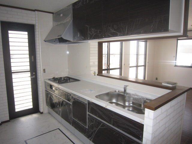 キッチンも入りました。カウンター内の床とアクセントクロスがおしゃれです。